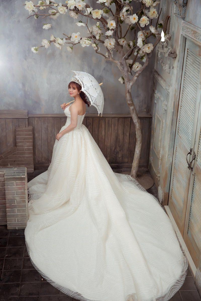 JOJO婚紗攝影-白色長拖尾婚紗